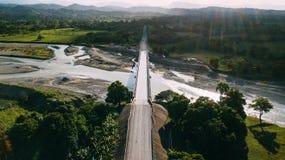 Uma estrada que conduz no horizonte Ponte e rio fotografia de stock royalty free