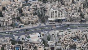 Uma estrada que corra entre os quartos residenciais árabes de Dubai filme