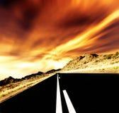 Uma estrada reta adiante em Namíbia em África. Imagens de Stock
