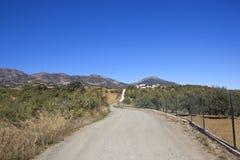 Uma estrada rural com a paisagem cênico de andalucia Foto de Stock
