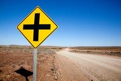Uma estrada transversal assina dentro o deserto do Sul da Austrália Imagens de Stock