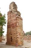 Uma estrutura da coluna em comples de Qutub Minar com caligrafia e projeto intrincado Fotografia de Stock Royalty Free