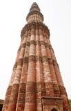 Uma estrutura da coluna no complexo de Qutub Minar com caligrafia e desig intrincado Imagem de Stock