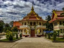 Uma estrutura octogonal do templo com um telhado cônico vermelho O simulacre de S fotografia de stock