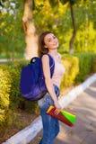 Uma estudante com uma trouxa no parque Fotos de Stock Royalty Free
