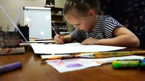 Uma estudante nova da escola de arte estuda os princípios do desenho video estoque