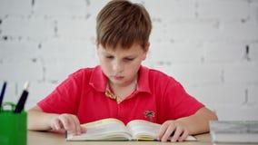 Uma estudante que lê um livro de texto vídeos de arquivo