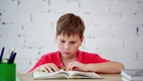 Uma estudante que lê um livro de texto filme