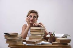 Uma estudante universitário está preparando-se para exames Fotos de Stock Royalty Free
