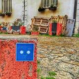 Uma etiqueta azul pela escada Fotos de Stock