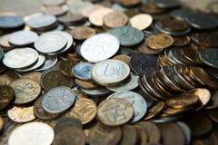 Uma euro- moeda em moedas dos rublos de russo Imagens de Stock Royalty Free