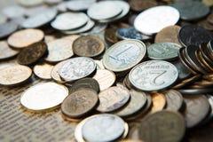 Uma euro- moeda em moedas dos rublos de russo Fotos de Stock