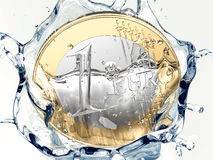Uma euro- moeda está caindo na água Imagem de Stock Royalty Free