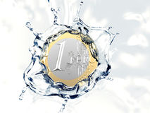 Uma euro- moeda está caindo na água Imagens de Stock