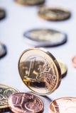 Uma euro- moeda na borda Moeda do dinheiro do Euro Moedas do Euro empilhadas em se em posições diferentes Foto de Stock