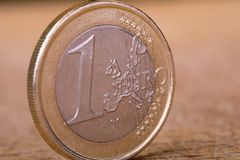 Uma euro- moeda na madeira Fotos de Stock Royalty Free