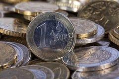 Uma euro- moeda situada acima de mais moedas Foto de Stock