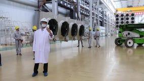 Uma excursão, remoção do condicionador de ar na fábrica que fazem transformadores vídeos de arquivo