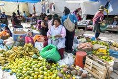 Uma exposição colorida das frutas e legumes em Pisac no Peru Fotos de Stock
