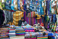 Uma exposição colorida de produtos de matéria têxtil para a venda no mercado indiano em Otavolo em Equador Foto de Stock Royalty Free