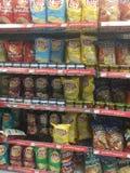 Uma exposição das configurações lasca-se em uma mercearia que mostra o vasto leque dos sabores imagem de stock