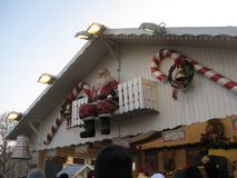 Uma exposição de Santa em um mercado do Natal em Paris fotos de stock royalty free