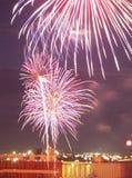 Uma exposição dos fogos-de-artifício sobre o Duluth, porto do manganês Foto de Stock Royalty Free