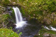 Uma exposição longa disparada de uma cachoeira fotografia de stock royalty free