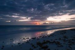 Uma exposição longa do mar na hora azul, como o alvorecer começa quebrar fotografia de stock royalty free