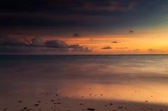 Uma exposição longa do mar na hora dourada, como o alvorecer quebra imagens de stock royalty free