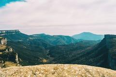 Uma extensão vasta dos campos e das montanhas completos das árvores foto de stock royalty free