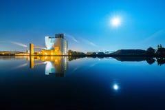 Uma fábrica à vista de uma Lua cheia Fotografia de Stock Royalty Free