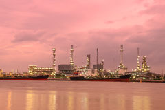 Uma fábrica da refinaria de petróleo Foto de Stock