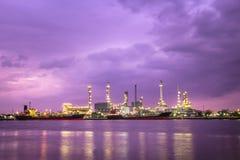 Uma fábrica da refinaria de petróleo Fotografia de Stock Royalty Free