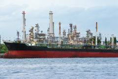 Uma fábrica da refinaria de petróleo foto de stock royalty free
