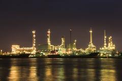 Uma fábrica da refinaria de petróleo Fotos de Stock Royalty Free