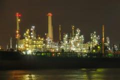 Uma fábrica da refinaria de petróleo fotografia de stock