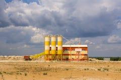 Uma fábrica de tratamento pequena da areia situada perto da pedreira da areia imagem de stock