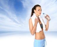 Uma fêmea nova está bebendo a água de refrescamento Fotos de Stock Royalty Free