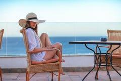 Uma fêmea segura com um cabelo longo ele mulher surpreendente perto do mar fotos de stock royalty free