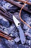 Uma faca em um feixe quebrado catastrophe outdoors Tiro vertical fotografia de stock