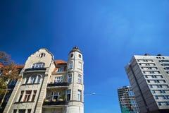 Uma fachada de um condomínio de Art Nouveau ao lado de uma construção modernista Imagens de Stock Royalty Free