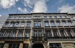 Uma fachada de um condomínio de Art Nouveau ao lado de uma construção modernista Imagem de Stock Royalty Free