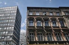 Uma fachada de um condomínio de Art Nouveau ao lado de uma construção modernista Imagens de Stock