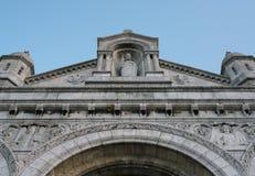 Uma fachada e uma estátua de Jesus Christ de Sacre Coeur em Montmartre, Paris imagem de stock