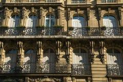 Uma fachada típica de uma construção parisiense Imagens de Stock Royalty Free
