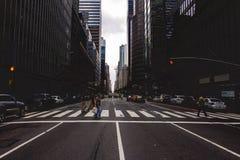 Uma faixa de travessia em New York City fotos de stock