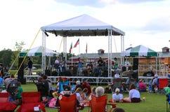Uma faixa executa em palco no parque da descoberta de América, cidade Tennessee da união imagem de stock royalty free