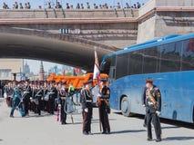 Uma faixa militar está para trás com um ensaio de Victory Parade Imagens de Stock