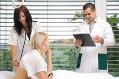 Uma fala do doutor e das enfermeiras Imagens de Stock Royalty Free